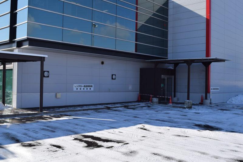 空港脇にあるレンタカー送迎車専用スペース