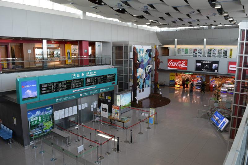 釧路空港ターミナルビルの2Fと3Fは吹き抜け