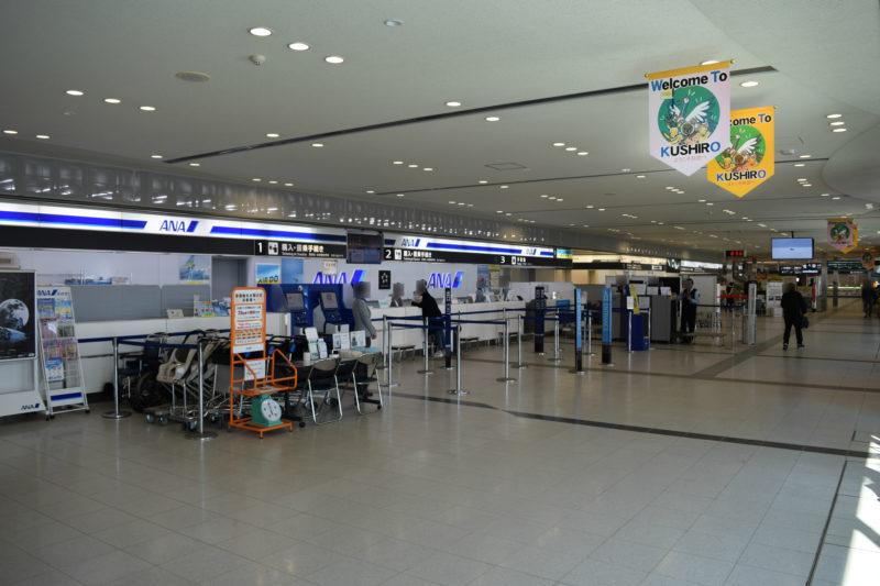 搭乗手続きを行う航空会社各社の1Fチェックインカウンター
