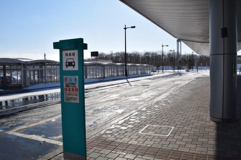 釧路空港ターミナルビル玄関正面にある降車場