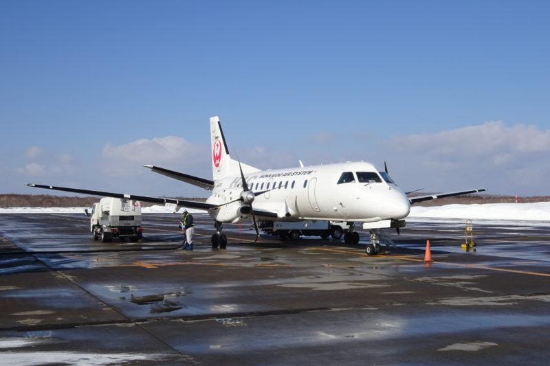 給電中の日本航空(JAL)プロペラ機