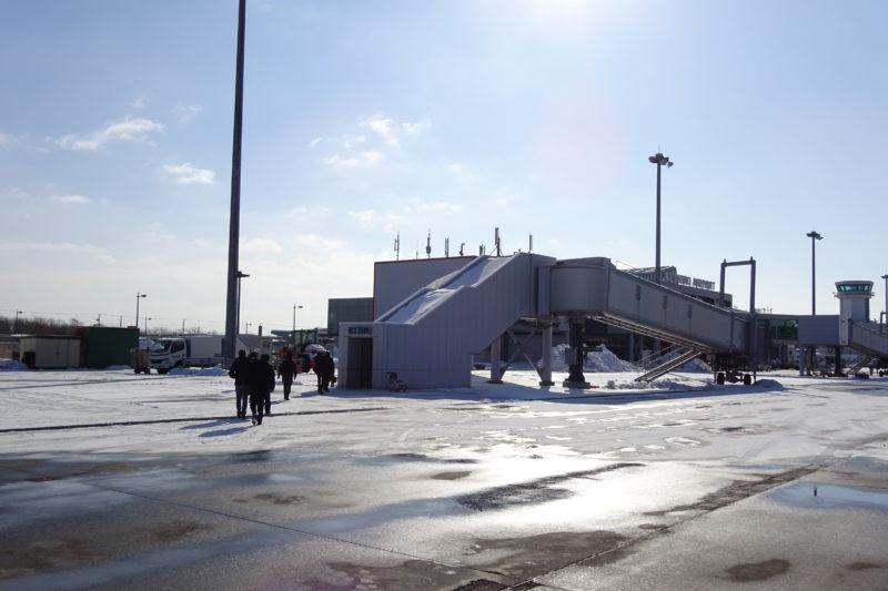 プロペラ機から降機して釧路空港ターミナルビル