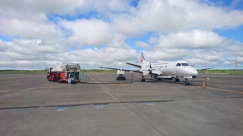 給油中・給電中の日本航空(JAL)プロペラ機
