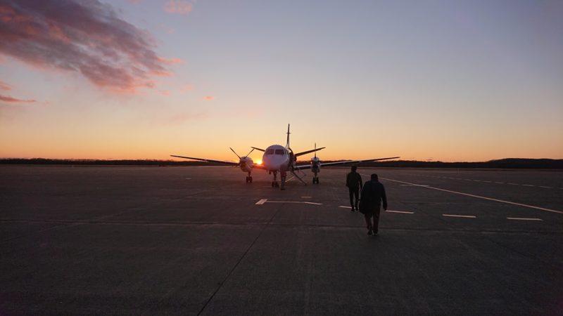 沈む夕日とJALプロペラ機
