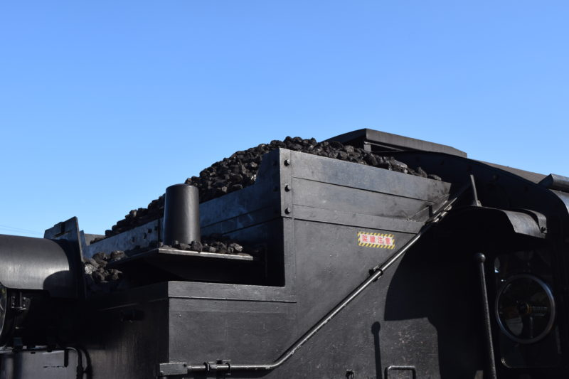 蒸気機関車の上にある石炭庫