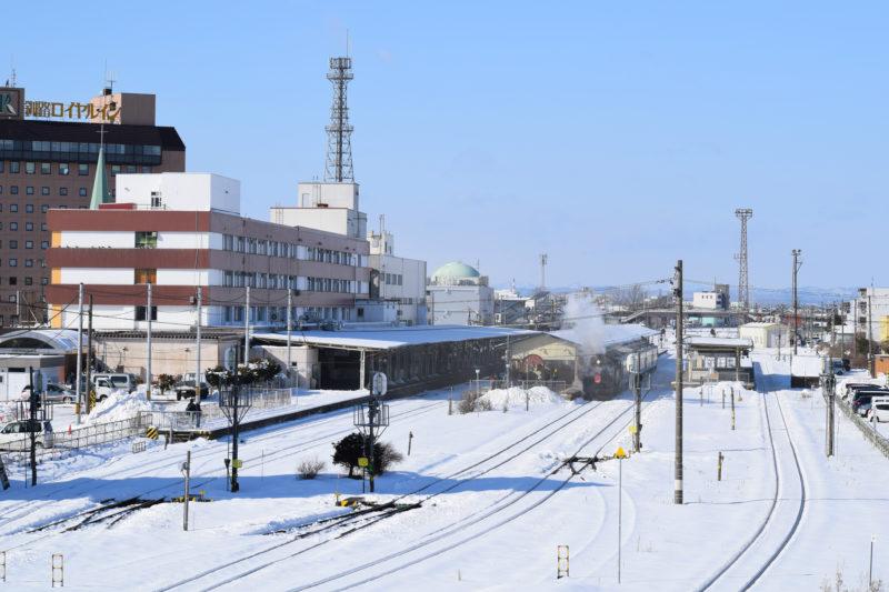 SL冬の湿原号と釧路駅