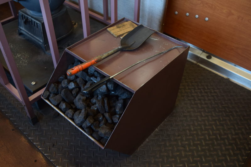 ダルマストーブ横にある石炭