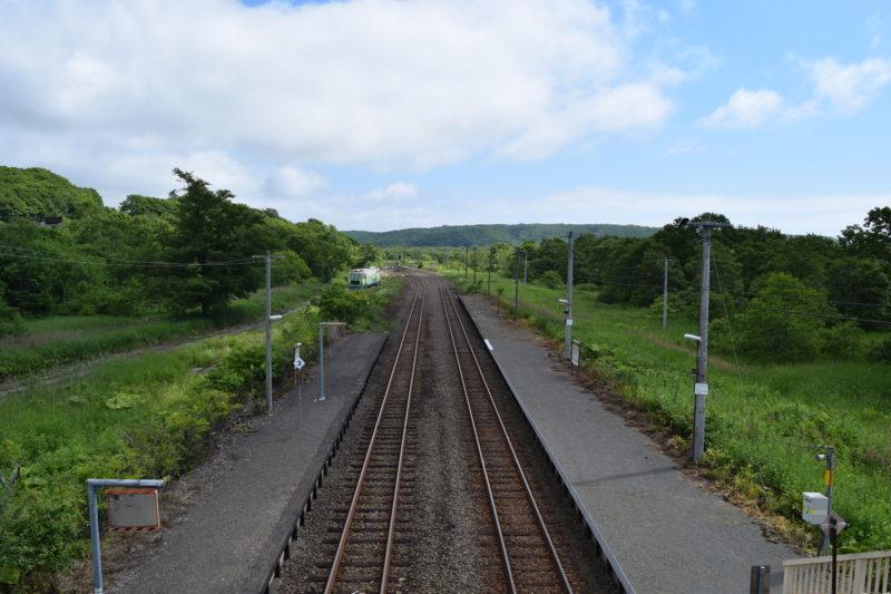直別駅跨線橋上からの尺別駅方面。