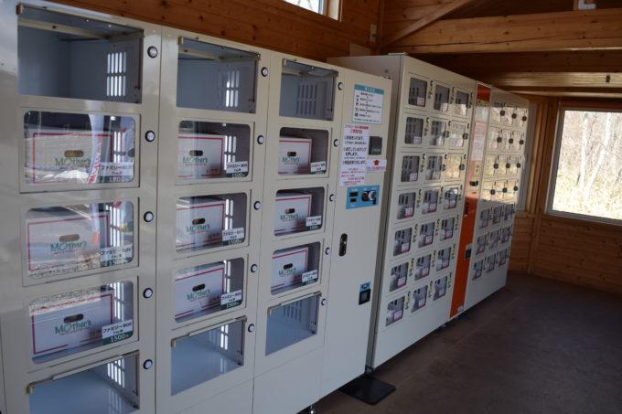 右側のたまごの自動販売機では3kg箱のファミリーボックスを販売