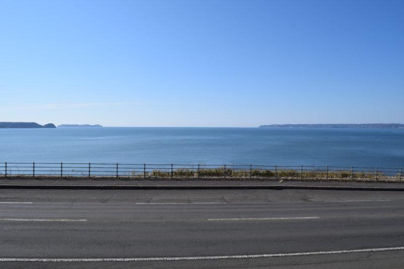 厚岸湾。左奥にはうっすらと大黒島が見えます。
