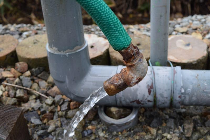ホースをはずすと勢いよく温泉水がでてきます