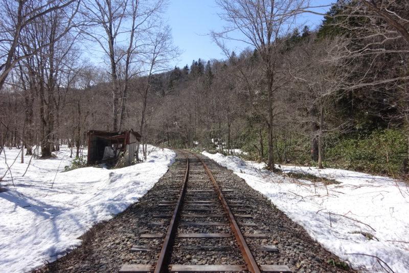 沿線は日本国有鉄道(国鉄)美幸線の廃線跡の名残