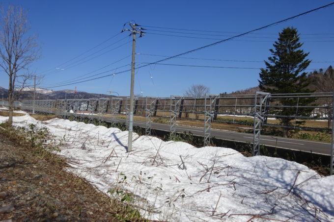 道路沿いに設置している防雪柵