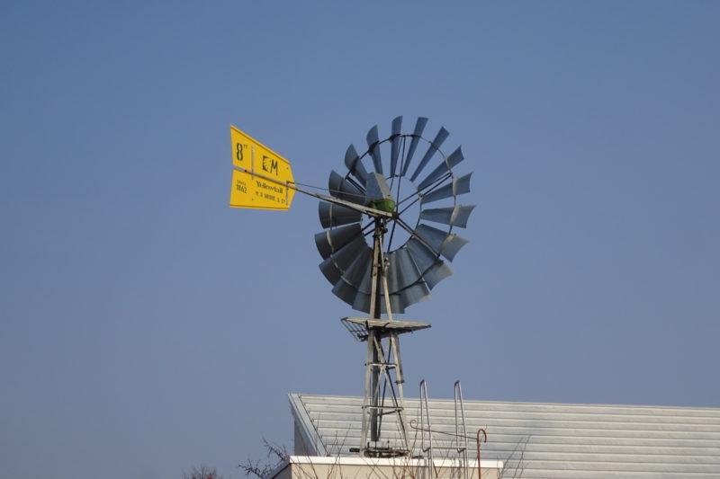 麦音にあるイエローテイルの多翼揚水風車。