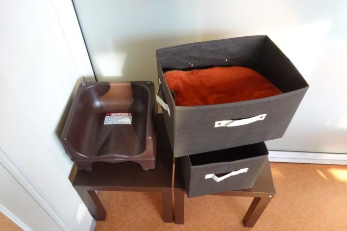 荷物入れと子供用の補助椅子