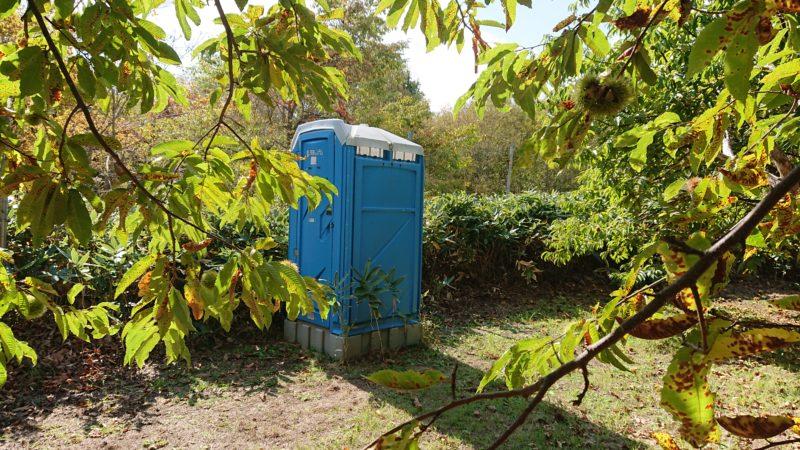 栗園内の簡易トイレ
