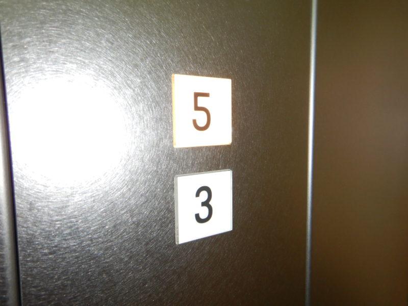 行き先ボタン3階5階のみ