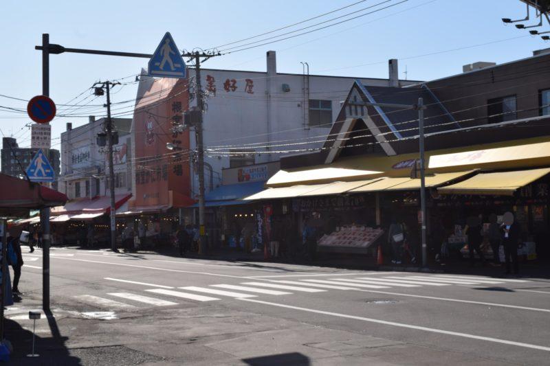 札幌場外市場には信号機のない横断歩道