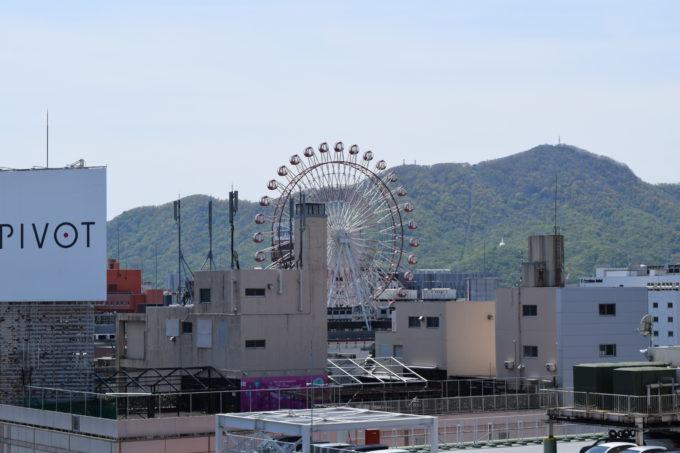 札幌三越屋上広場からの観覧車ノリアと藻岩山展望台
