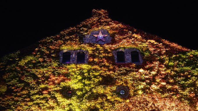 夜のサッポロファクトリーレンガ館のツタ紅葉とサッポロビールロゴ
