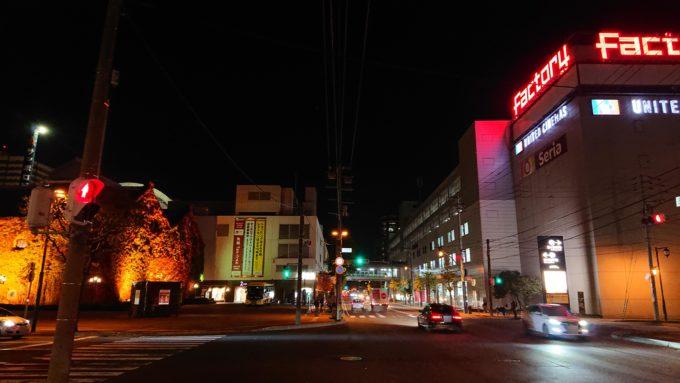 北2条通沿い、北1東4・北2東4交差点付近からの夜のレンガ館のツタ